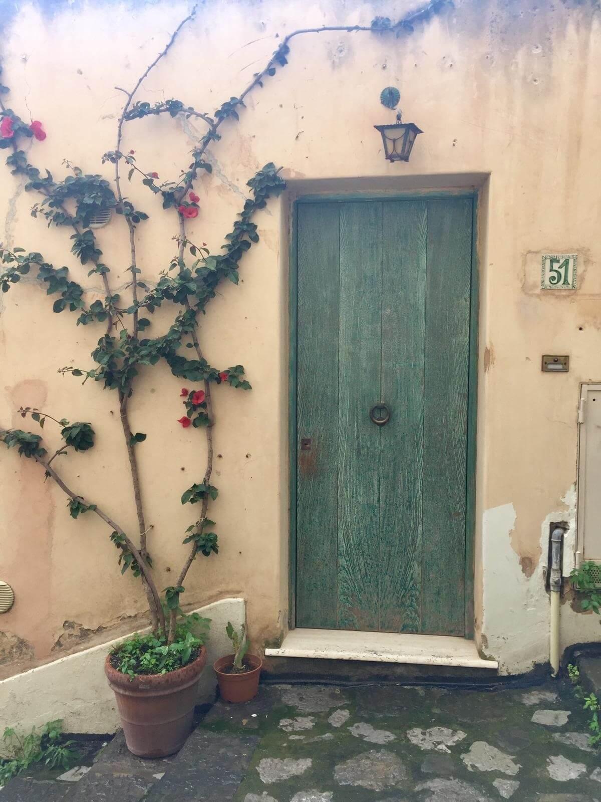 דלת צבעונית בפוזיטנו