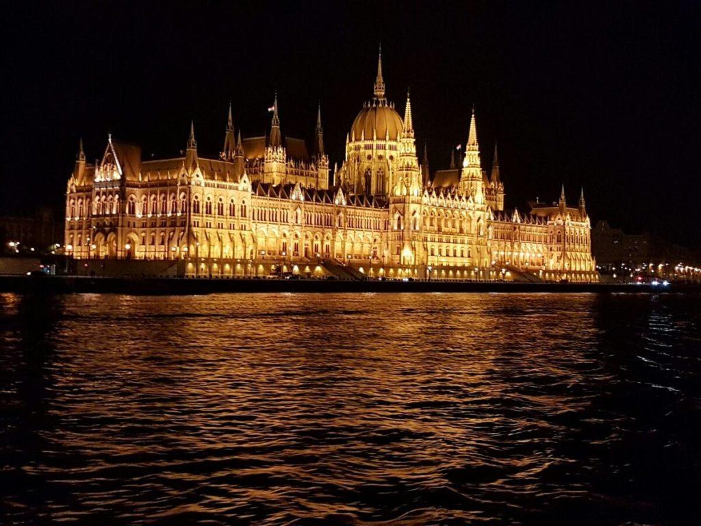 בית הפרלמנט של בודפשט מואר בלילה
