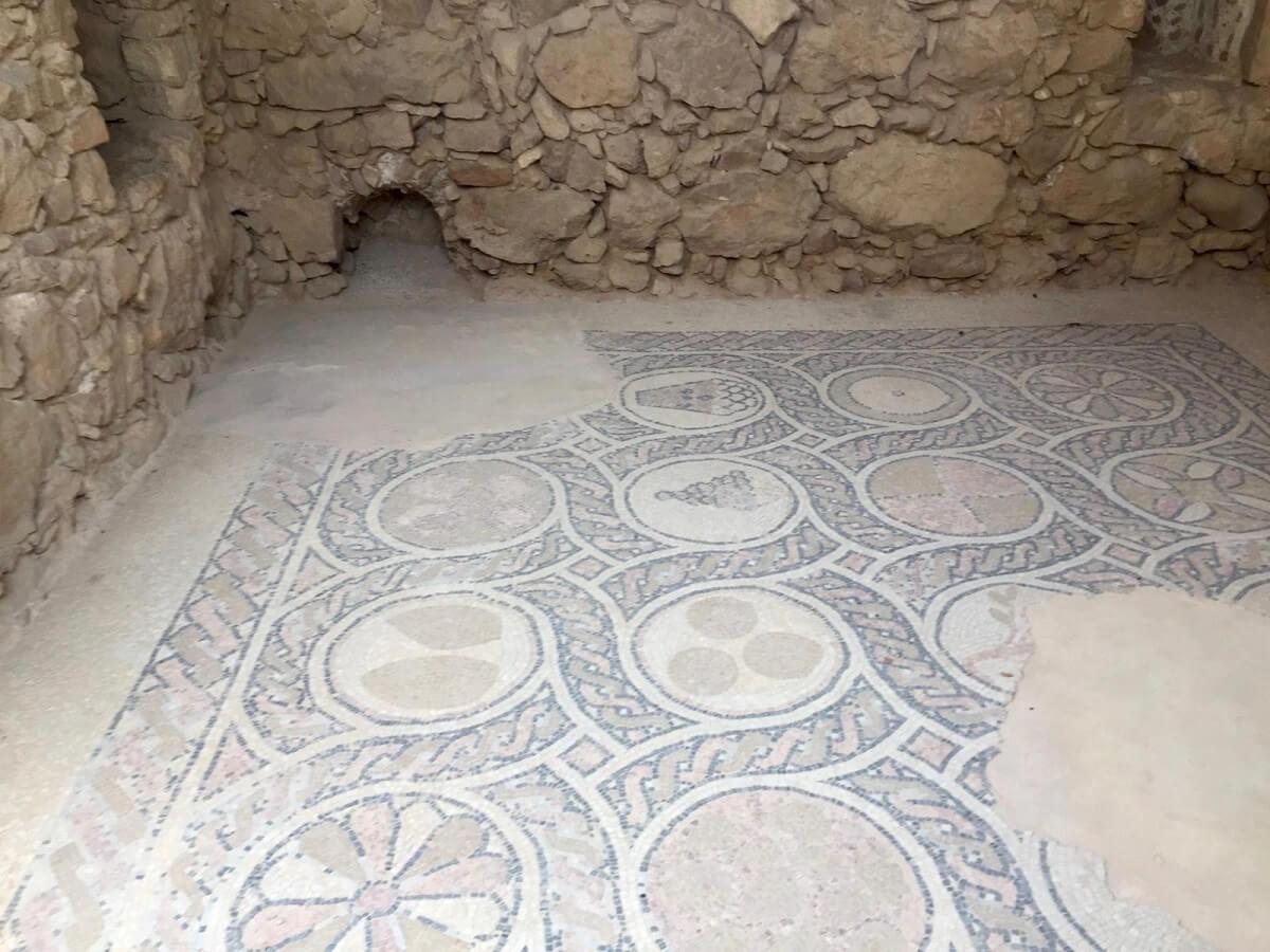 שרידים עתיקים במצדה
