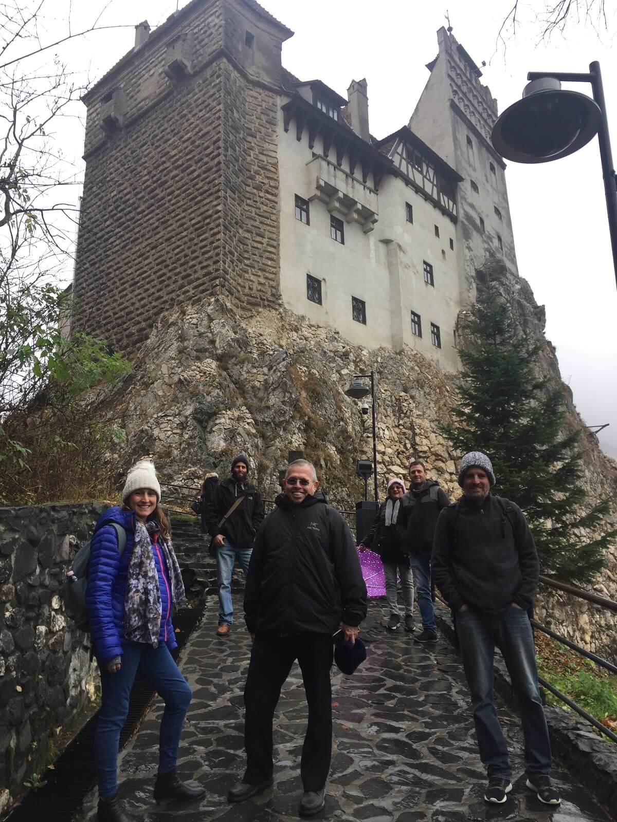 בכניסה לטירת בראן