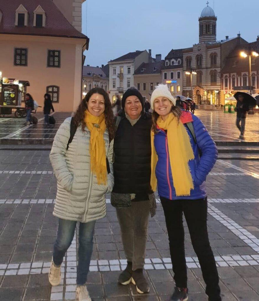 אמא שלי אחותי ואני בכיכר המרכזית בבראשוב